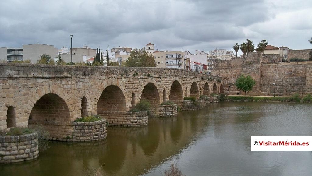 puente romano merida sobre el rio Guadiana y vista de la alcazaba