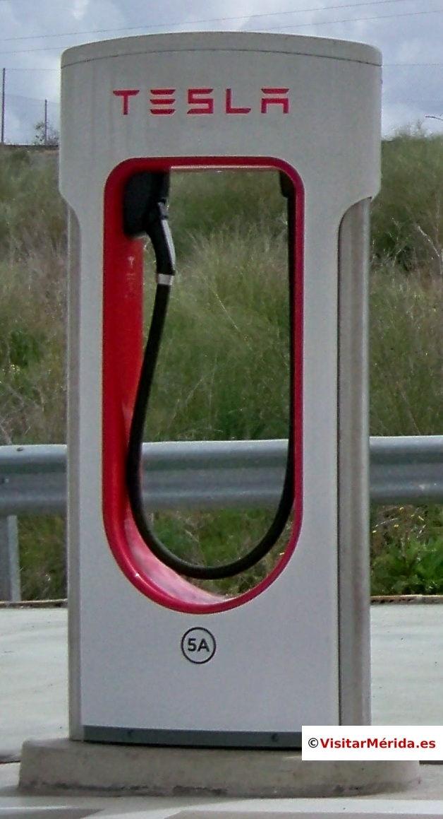 punto de recarga cargador supercharger tesla merida españa detalle manguera